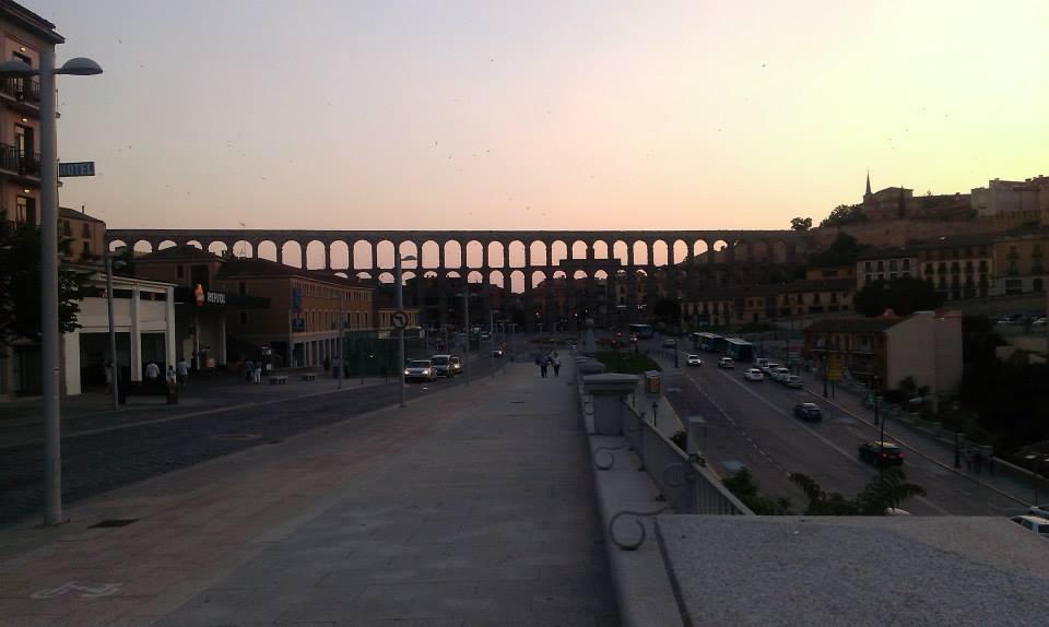 Segovija u sumrak, akvadukt i zalazak sunca
