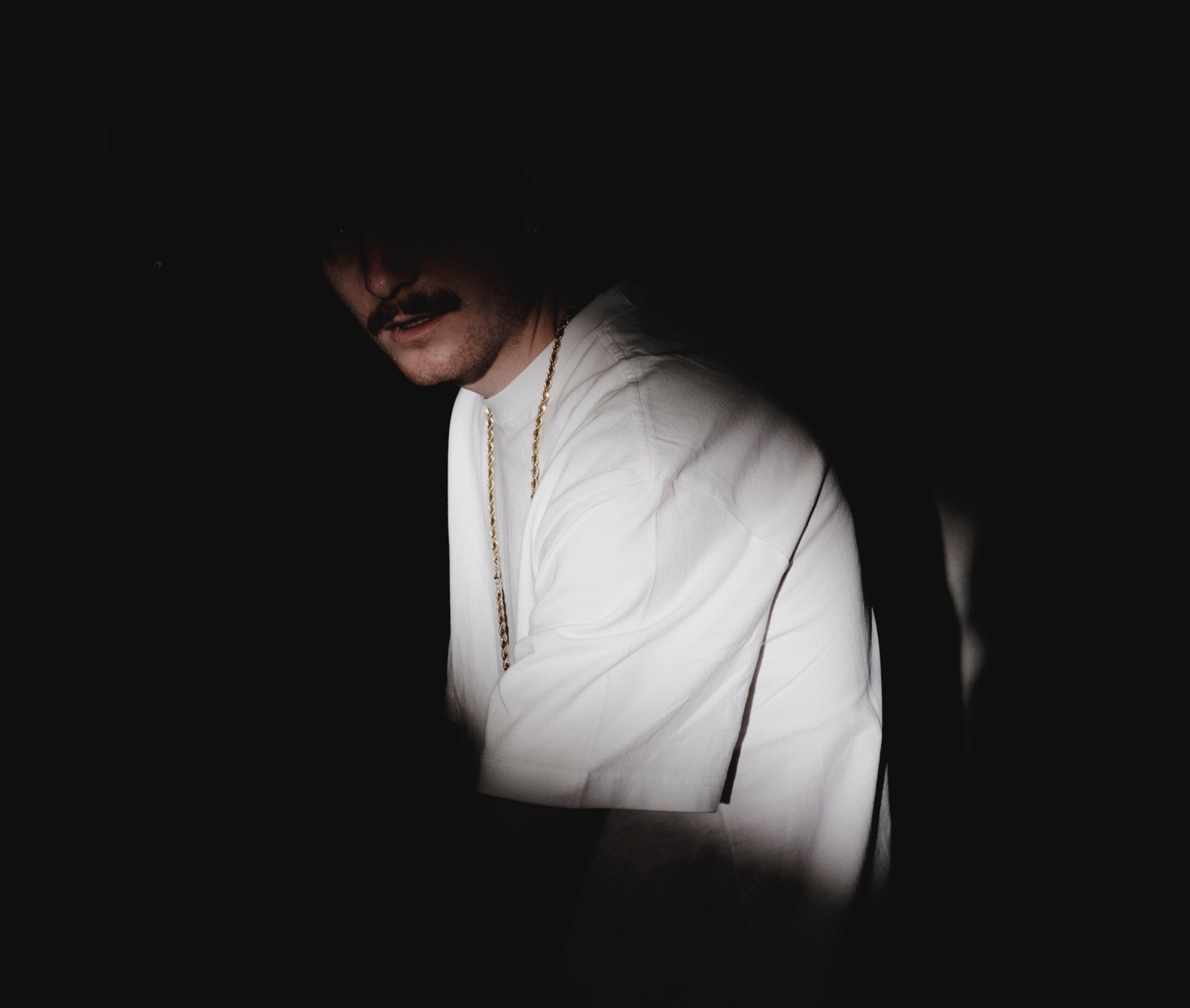 čovek u mraku