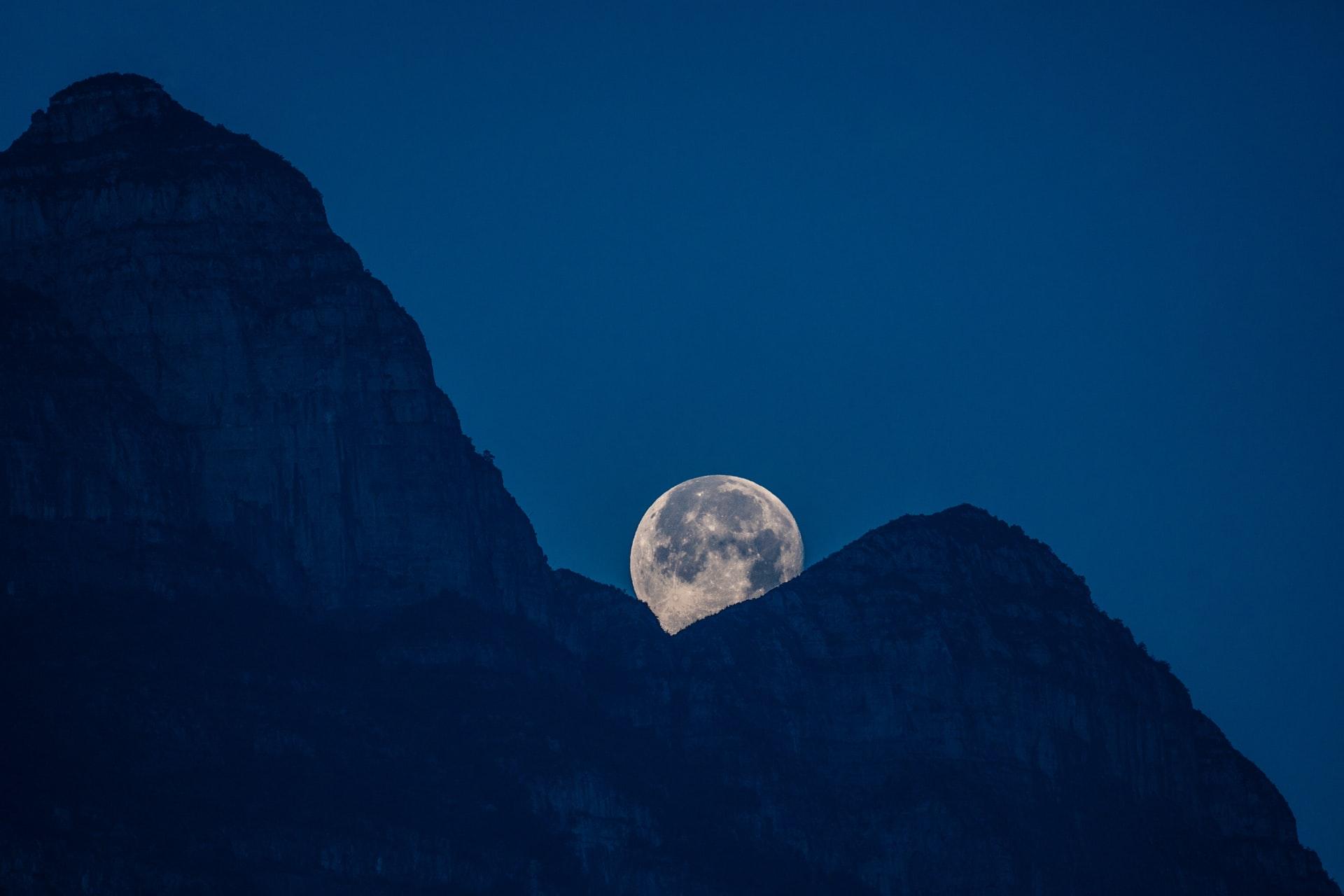 mesec NASA